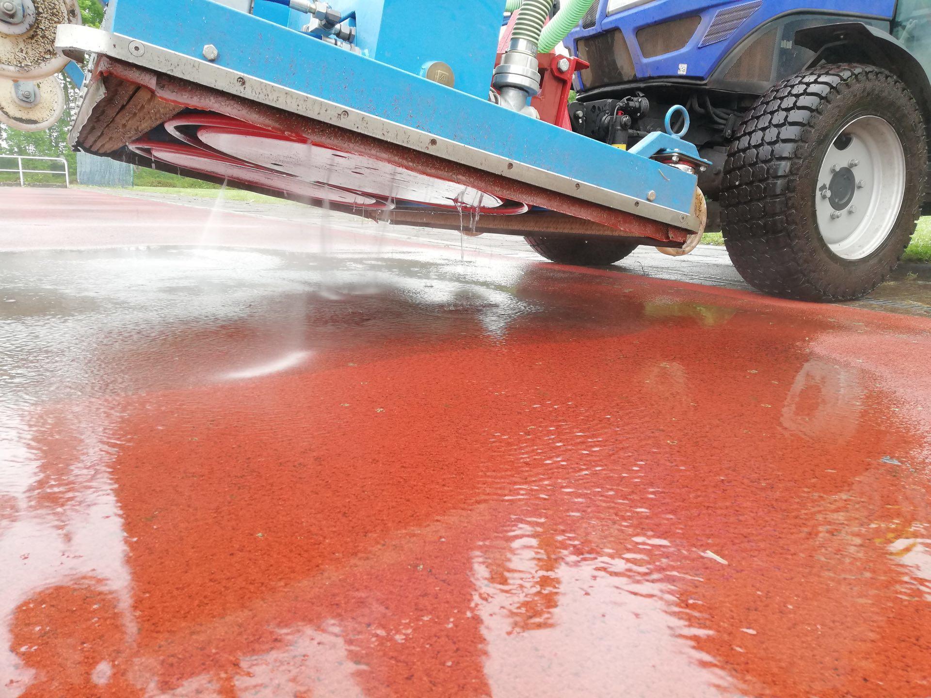 Reinigung Tartanbahn mit Schmutzwasser Aufnahme